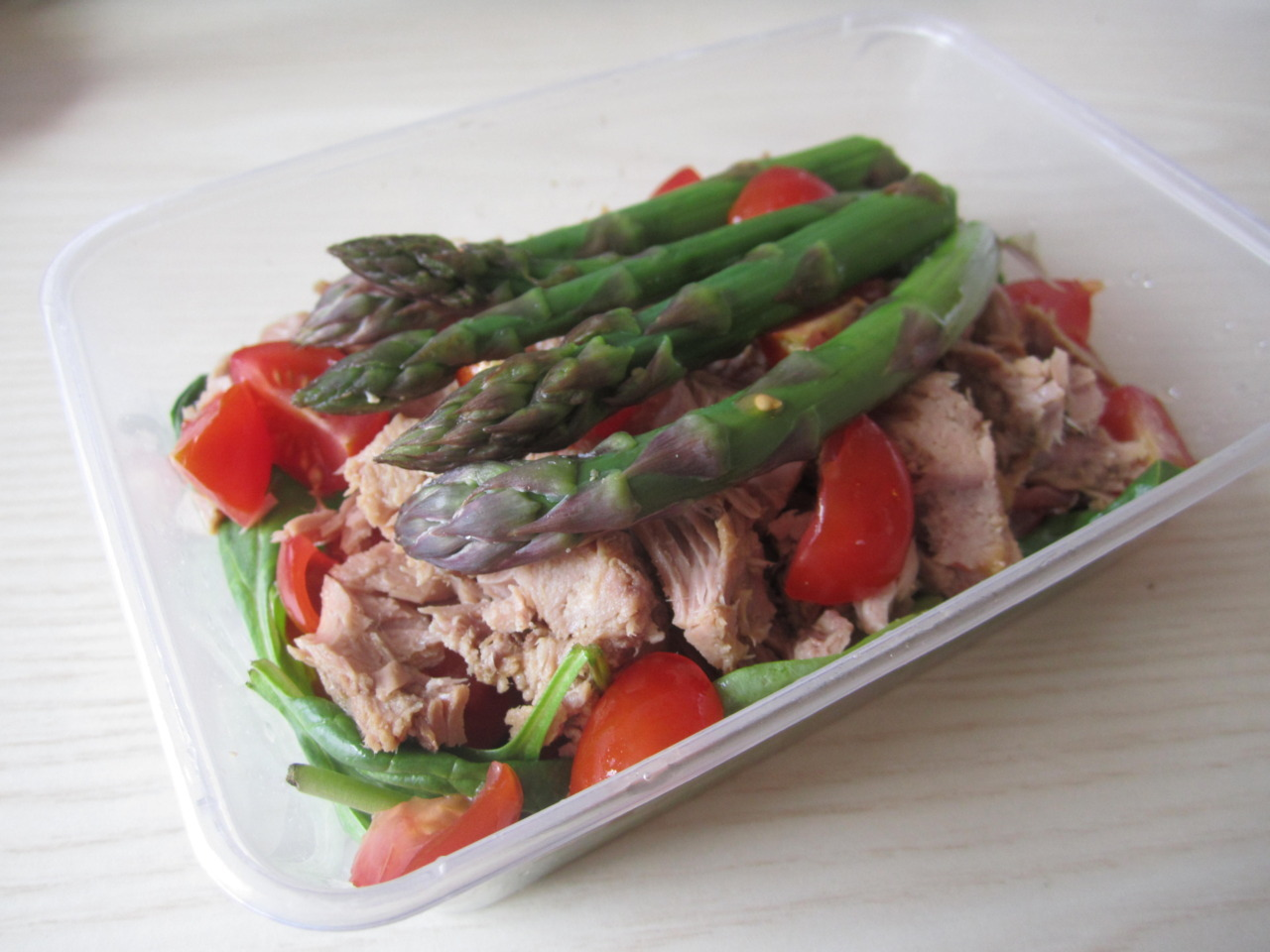 Yesterday's packed lunch salad to eat in the sun :  A can of tuna dressed with lemon juice, five grilled asparagus spears, lots of cherry tomatoes and some spinach leaves.   Grill love