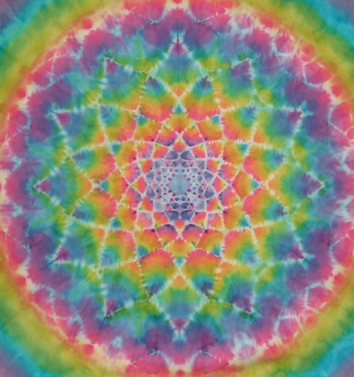 rainbows-tbh:  Tie dye mandala photo found on Flickr  IT'S MOVING YOU GUYS
