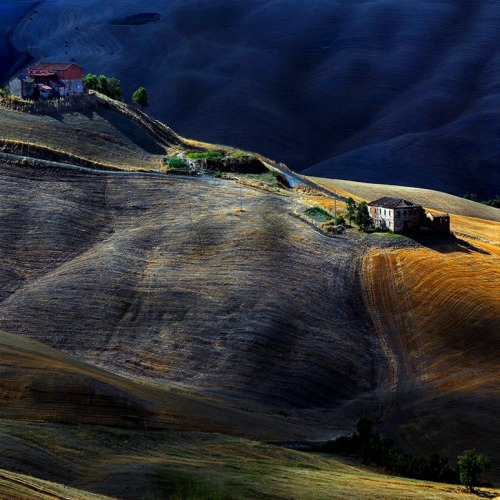 staceythinx:  Photographer Edmondo Senatore captures the beautiful interplay of light and atmosphere in the Tuscan countryside.