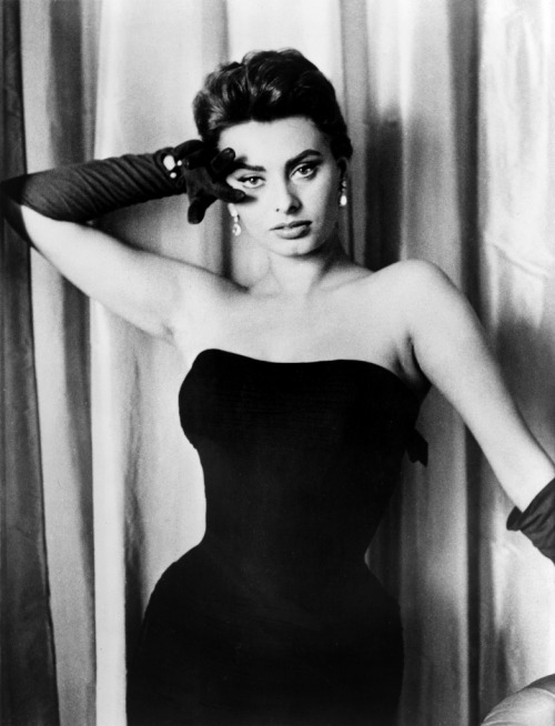 Sophia Loren  Choisis ta femme avec un gant de velours, et garde-la avec un gant de fer. Choose your wife with a velvet glove, and keep it with an iron glove.