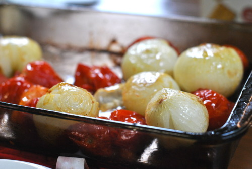 crabcakesandquidditch:  roasted tomatoes and sweet onions [May 29, 2012]  So. Freaking. Delicious.