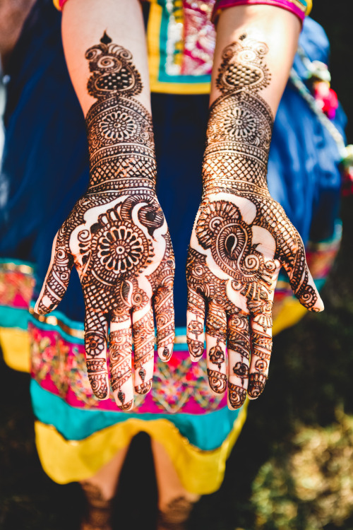 Henna is one of the things that Women in the United Arab Emirates did in the past and still, These days; they put henna in their hands, Hair Or feet  in Special Occasions.
