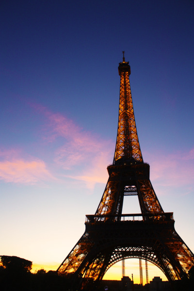 A shot of the Eiffel Tower during sunset. How I miss Paris :(