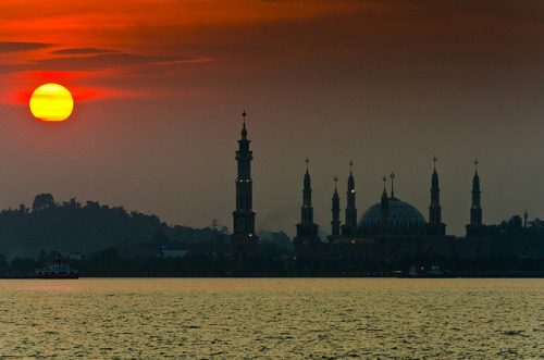 Sunset over Mahakam River, Samarinda, East Kalimantan, Indonesia. (by pitgreenwood)
