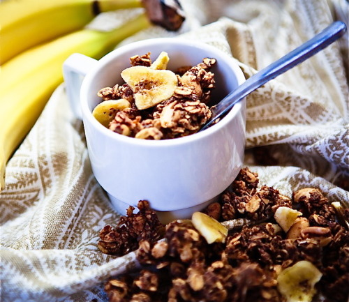 findvegan:  Peanut Butter Banana Granola  *sob* I ran out of peanut butter and I haven't been able to find a food processor yet to convert my kilo (or whatever amount it is, a lot ;P) of peanuts into peanut butterrrrrrrrrrrr