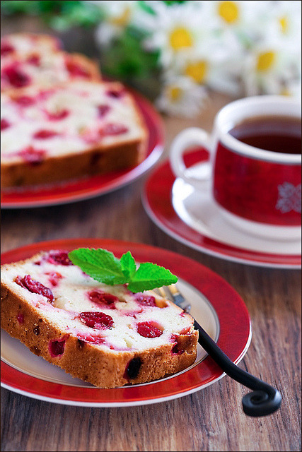 booksandtea:  Cranberry and ginger cake by laperla2009 on Flickr.