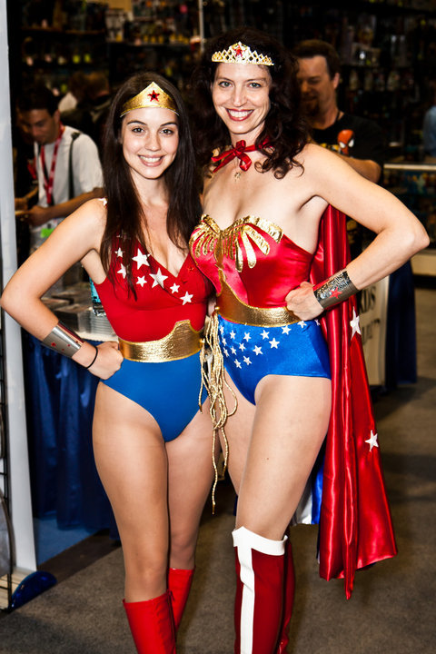 omgcomiccosplaygirls:  Wonder Girl and Wonder Woman