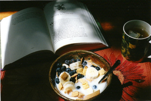 Breakfast by notevenbreathe on Flickr.  BOOKS + BERRIES + BANANAS = BEST BREAKFAST!