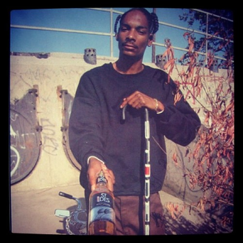 snoopdogg:  40oz. #throwbaccthursdays (Taken with instagram)  Mii negro todo jovencito
