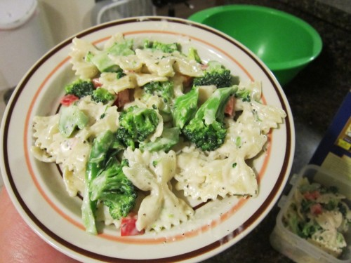 chubbyvegans:  [image: bowtie pasta in a creamy sauce with broccoli and small pieces of red bell pepper. It is in a white bowl with a brown stripe and an orange stripe around the rim.] health-first-looks-second:  Creamy Garlic Pasta Salad (v) Ingredients: 1 cup bow tie pasta 1 cup raw broccoli, chopped 1/2 cup raw red bell pepper, diced 2 tbsp. Vegenaise Garlic powder, onion powder, dried parsley, dried tarragon, salt, pepper Directions:  Cook pasta to al dente. While pasta is cooking: blend the Vegenaise, spices, and fresh red pepper together. Add a hefty pinch of the onion and garlic, a dash of the parsley and tarragon, and salt and pepper to taste. Drain pasta and toss into sauce… a little pasta water will help it along. The starches in the water help the sauce stick to the pasta and makes it creamier.   Blanch the broccoli, drain, and add to the pasta. Toss everything together and serve cold. Leave in fridge overnight for best flavor.  193 calories per cup. Yields 2 cups.