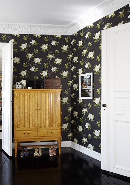 "Source: La Maison d'Anna G Love the black floors and dark floral wallpaper. It's called ""Sweet Bay"" by Sanderson in Ebony & Ivory and you can get it here."