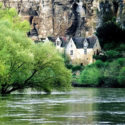 "Perched above the Dordogne River, this village is a member of the Les Plus Beaux Villages de France (""The most beautiful villages of France"") association. (via La Dordogne à la Roque-Gageac, France)"