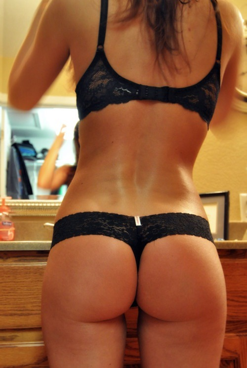 slim-and-svelte:  fit-healthy-sexy:  OH GOD  One of my favorite pictures on Tumblr. She has the most perfect ass and such a great body and back