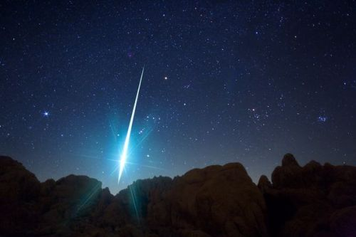 cosmiic:  Geminid Meteor Pierces the Night by Wally Pacholka, TWAN