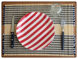 the classic red&white stripes plate. jack white would approve it. More colors available! Orange/white, yellow/white, fiesta red/white, blue/white, green/white and more!il classico piatto a strisce bianche e rosse. Jack white approverebbe. E tanti altri colori dipsonibili! Arancione/bianco, giallo/bianco, fiesta red/bianco, blu/bianco, verde/bianco e tanti altri!