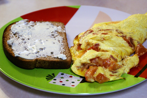Today's breakfast/lunch (aka first meal of the day): - Omelet with tomatoes, ham, and cheddar cheese - Toast with chive/onion cream cheese