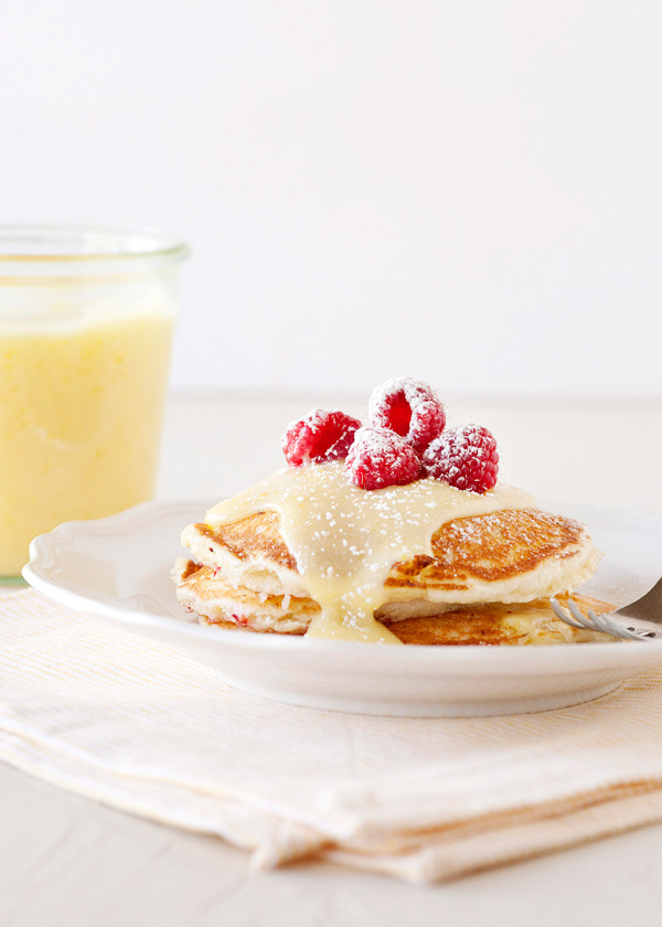 foodopia:  lemon raspberry pancakes: recipe here  i'd kill a child for that.