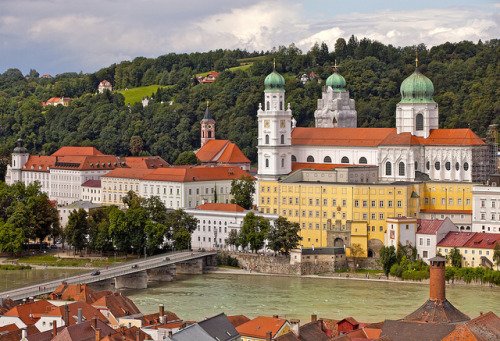 illusionwanderer:  Passau, die Innseite by Robert Schüller on Flickr. Bavaria, Germany