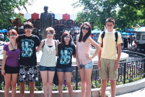 f4llingfor:  DC/Hershey Park Trip! From left to right: Ashley, Jacob, Alexis, Natalie, myself, & Eric. NOTE: YES, I'M THE SKANKY LOOKING ONE WITH THE RAY BANS.