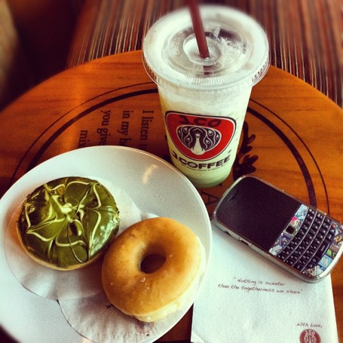 Iced Green Tea Lattee with Green Tea&Plain donuts #drinks #foods #instagram #instadaily #instamonthly #instalovers #photography #photosofday #iphonesia #iphone4 #iphonegraphy  (Taken with Instagram at J.Co Donuts & Coffee)