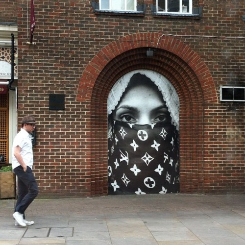 bwansen:  fransgaard:  Giant hiding in plain sight #shoreditch #london (Taken with instagram)  OK, that was step 1… XD