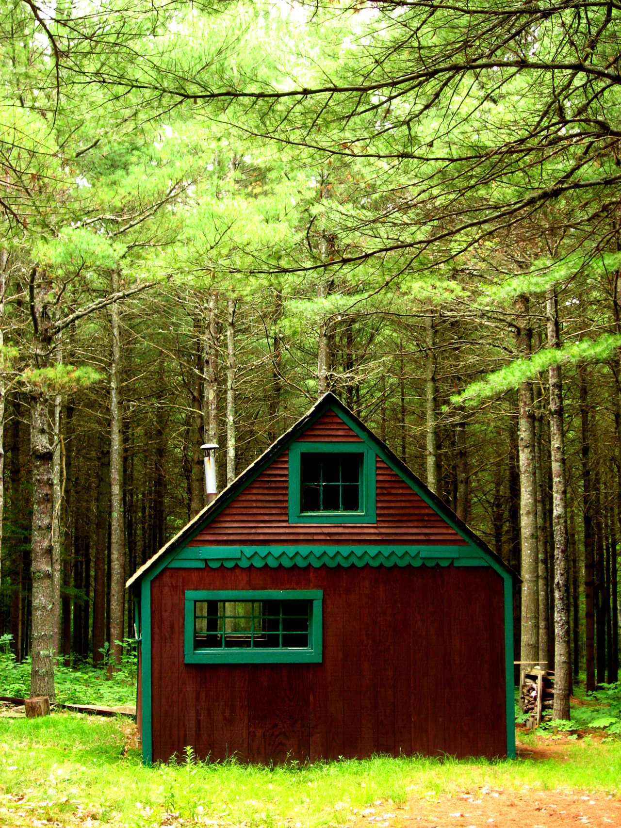 cabinporn:  Green-trimmed cottage in midcoast Maine. Photograph by looseends.