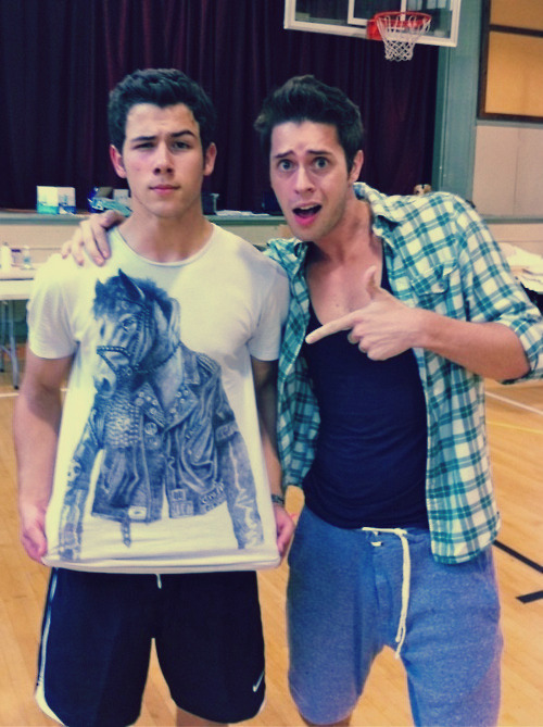 i love nick's face !! ahaha