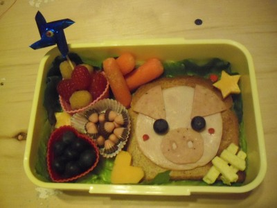 Cute Piggy Bento! It's a simple open faced sandwich. The pigs eyes are blue berries and the pink cheeks are a little bit of raspberry. This was simple and very yummy! Doesn't it look cute~?