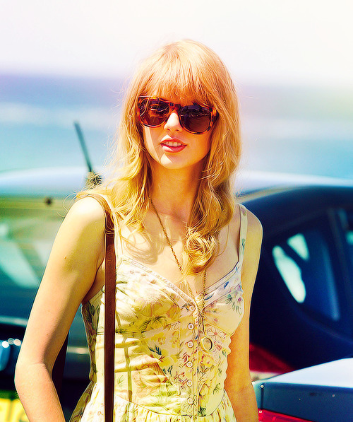 Taylor Swift is the true definition of a fashionista. She does a great job at combining hollywood glam with the new trends. Love her!