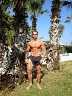 drwannabe:  Adam Charlton. Check the quads [view all photos of Adam]