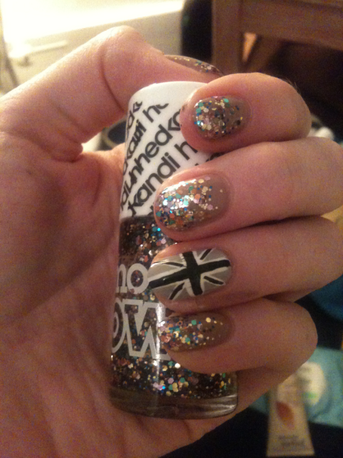 smudgy monochrome union flag & glitter gradation. snazzy jubilee nails because I love the s out of queenie (um…)