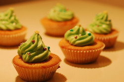 3372 christmas cupcakes by imcountingufoz on Flickr.