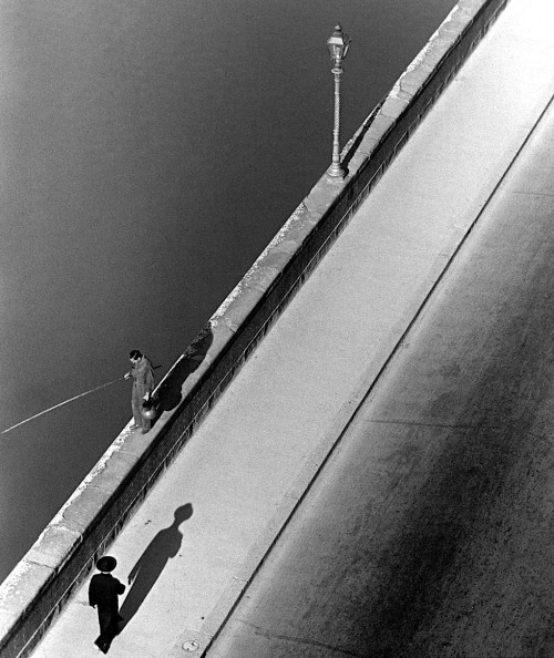 luzfosca:  Alfred Eisenstaedt Sunday morning along the Arno River, 1935