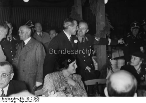 A very polite and smiling Himmler showing the way to the sir (?) … Looks who's there too, It's Frau Himmler (right) [EDIT] The other woman (center) looks familiar, uhm…