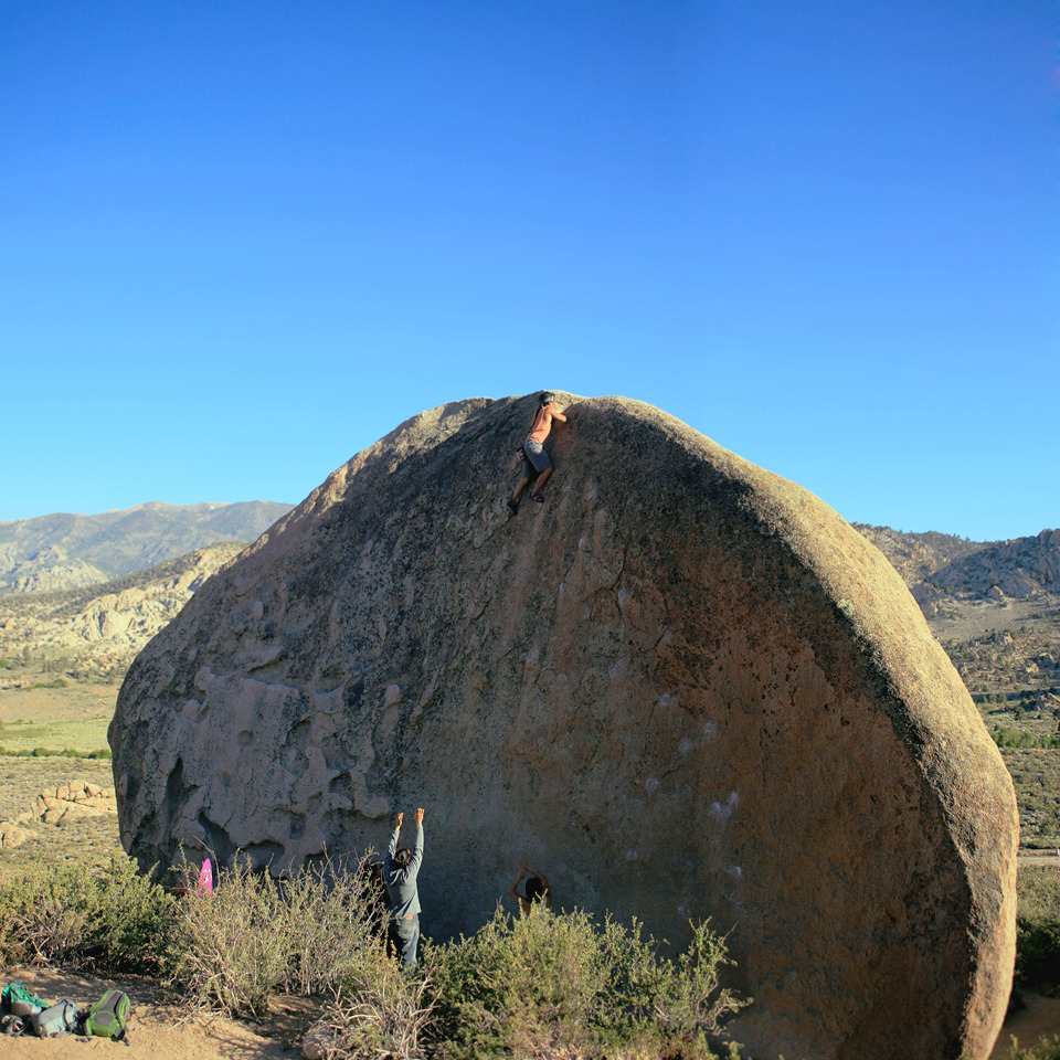 ruelontherocks:  The Hunk (V2x) HighballThe Buttermilks at Bishop, CATrust your spotters.  Trust yourself.