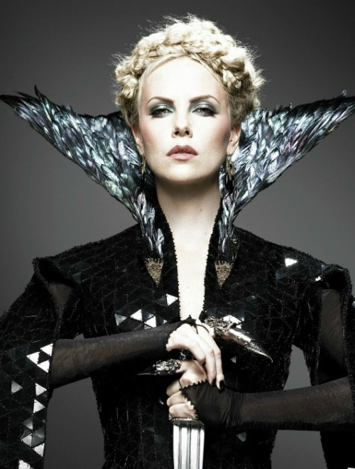 El ¡Espectacular! Vestuario de Charlize Theron. click the picture to read the full history…