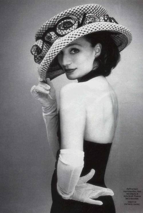 Kristin Scott Thomas  La véritable élégance consiste à ne pas se faire remarquer. True elegance is not to be noticed.
