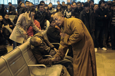 A monk prays for an elderly man who had died suddenly while waiting for a train in Shanxi Taiyuan, China. (via 40 Of The Most Powerful Photographs Ever Taken)