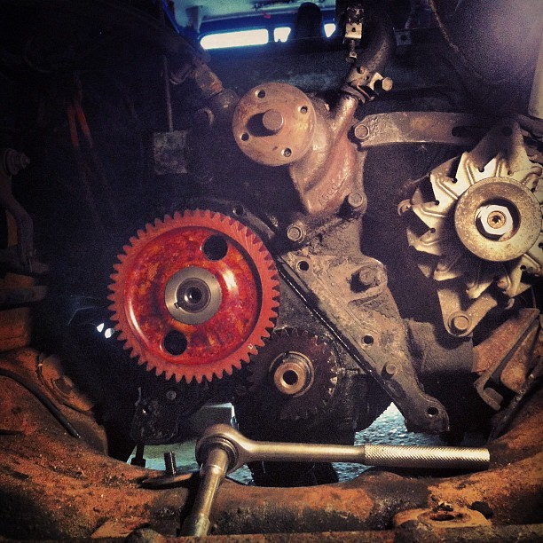 New cog in! Joy… Now for the plate, pulley, fuel pump, distributor, sump, radiator & head. Then we tune up :D
