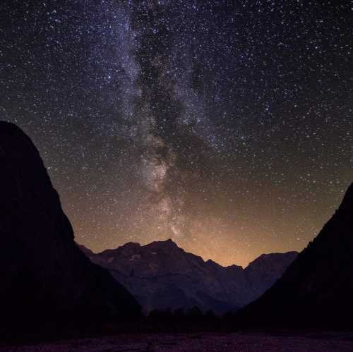 motion-of-the-stars:  Black Night by hipydeus on Flickr.