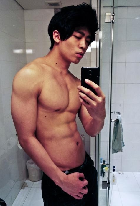 yumyumasianhunks:  Camwhoring korean beef at the toilet! (via Beelog)