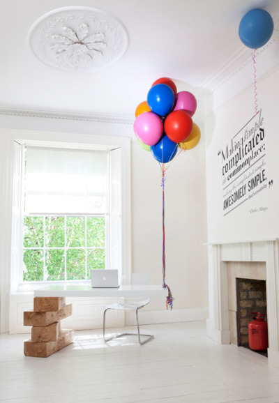 Balloon-supported desk! Want.