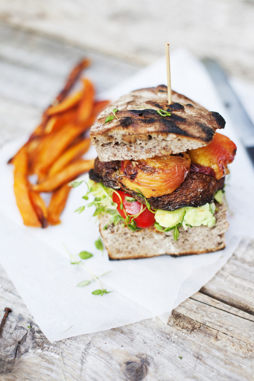dashedlines:  (via Green Kitchen Stories » Portobello & Peach Burger for Designsponge)