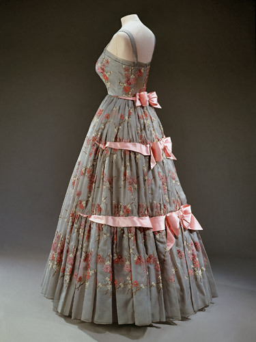 oldrags:  omgthatdress:  Dress Worn by Queen Elizabeth II Norman Hartnell, 1959  I kind of need this.  Maybe knee-length?