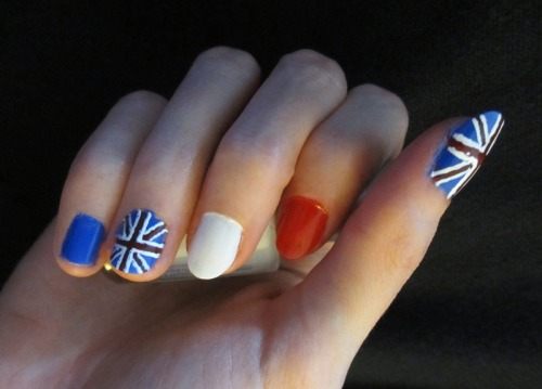 Union Flag nails for the Diamond Jubilee. Pre-cleanup, so please excuse the messy bits! Did them on myself too, but my sister's hands are more photogenic… XD