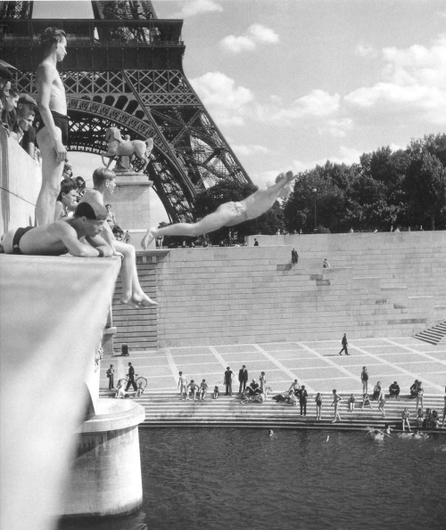 Robert Doisneau - Le Plongeur du Pont d'Iéna Pont d'Iéna, Paris, France, 1945. The joy of a Parisian weekend just after the liberation of the capital and the end of the war