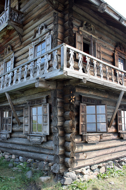evysinspirations:  rain-storms:  Old wooden house in Yamka settlement by Glebkach on Flickr.  Kizhi, Russia