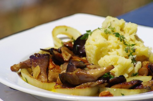 2012_0603Oyster Mushrooms & Smashed Potatoes.Olive oil, flat leaf parsley, onions, garlic, English thyme, golden balsamic, and oyster mushrooms. Potatoes.Easy and really yummy. :)