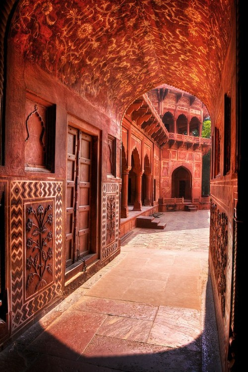 indiainablog:  On either side of the Taj Mahal there are red sandstone buildings with beautiful archways and hidden courtyards. This is the eastern building, called a jawab (answer), which seems to mostly exist to architecturally balance the building on the other side of the Taj.
