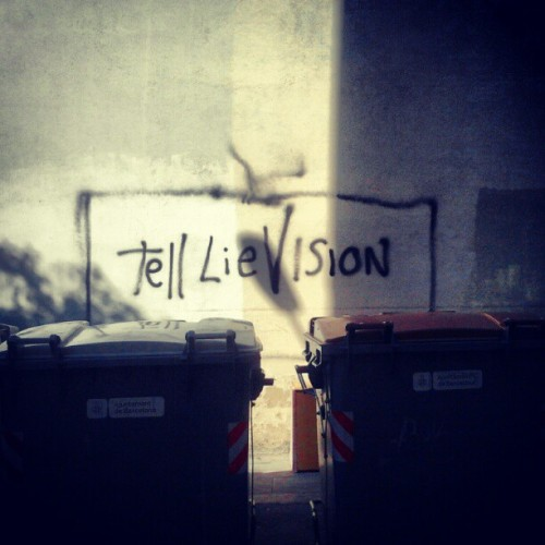 Contenedores de basura… #trash #tv #paint #quotes in the #street #igerspain #Barcelona  (Tomada con instagram)